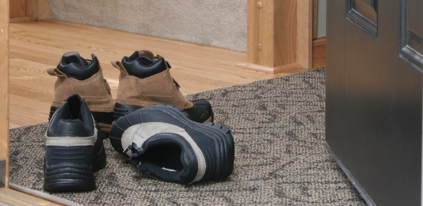 sapateira-item-fundamental-para-as-familias-que-tem-o-habito-de-retirar-os-sapatos-antes-de-entrar-em-casa-para-que-o-volume-de-calcados-nao-carregue-o-visual-do-hall-de-entrada-o-1425652160685_615x30